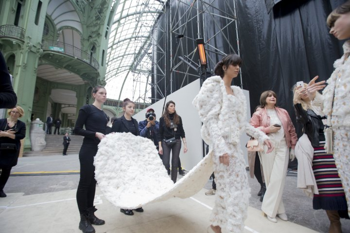 chanel-spring-2016-couture-backstage-kevin-tachman-24